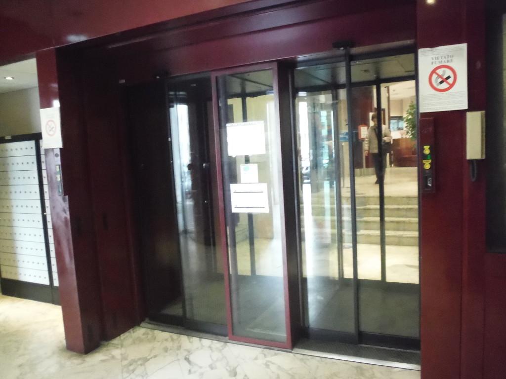 porte scorrevoli all'ingresso di banca